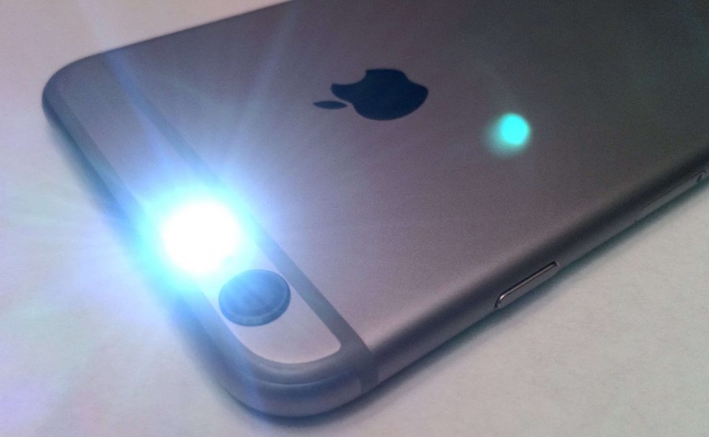 flash allumé sur iPhone